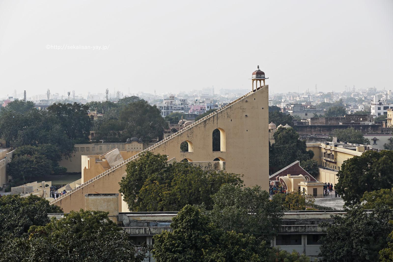 インド世界遺産「ジャイプールにあるジャンタル・マンタル」を風の宮殿より撮影
